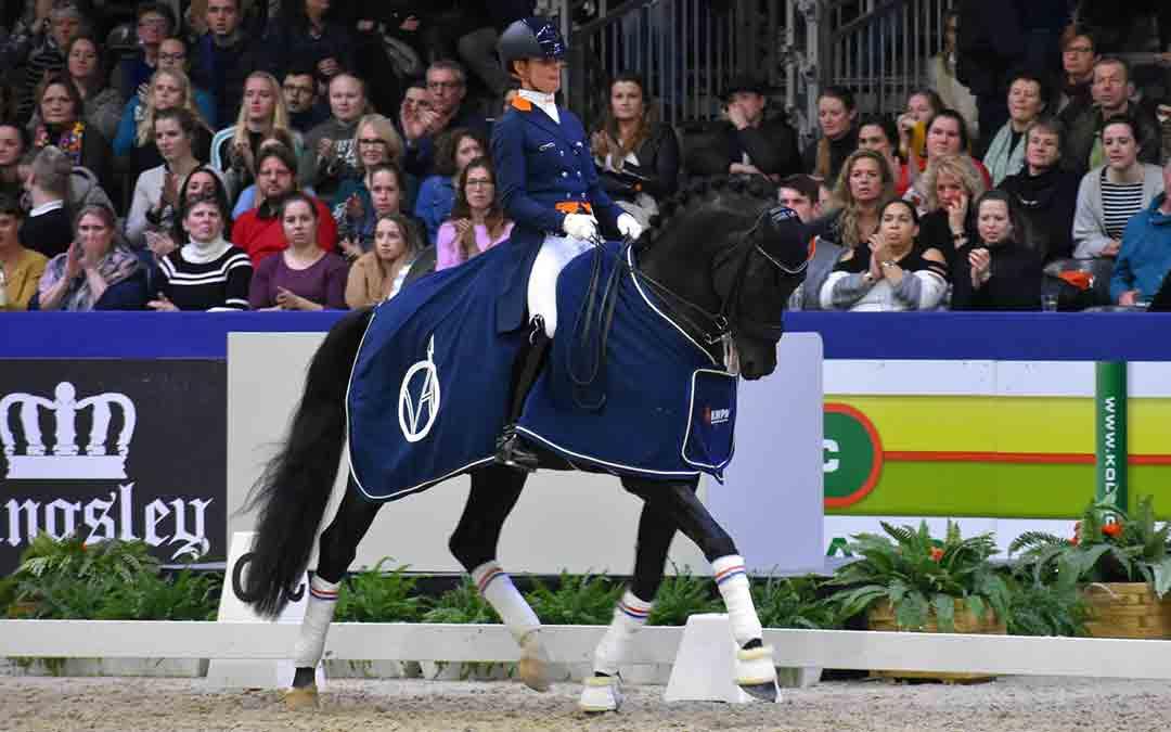 Adelinde Cornelissen jureert jonge paarden op EK Friese paarden