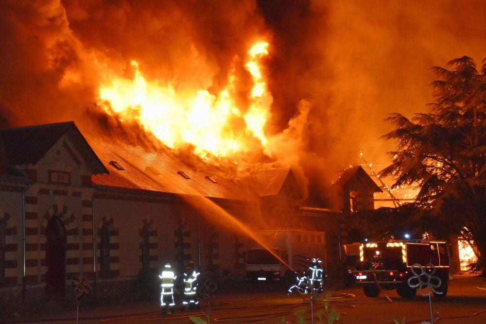 Manege X-tern verwoest door grote brand