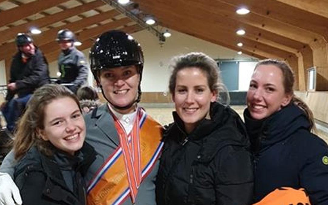 Indoor kampioenschap Ermelo: eerste dressuurkampioenen gehuldigd