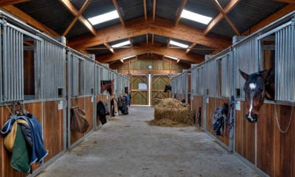 Maatlat paardenstallen in de maak