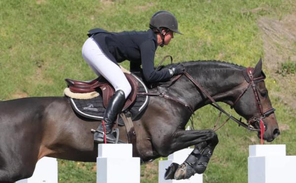 Kim Emmen wint weer proef jonge paarden