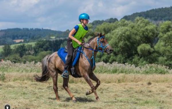 13-jarige Puck Kromkamp rijdt 107 kilometer met 1m37 grote pony